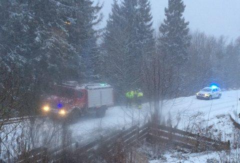 I SKRÅNINGE: Bilen  har havnet utenfor veien. FOTO: RBTIPSER