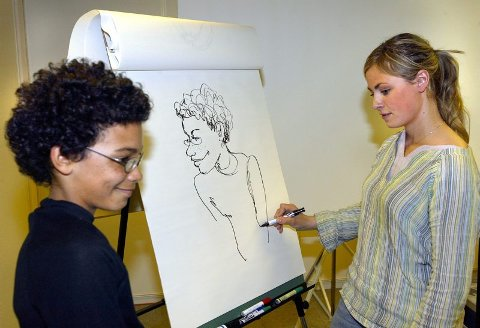 PEN PROFIL:? Verdens peneste, mener Ole Martin Mannerud om tegningen av seg selv. På et blunk har Ida Larmo fanget opp 7.-klassingens trekk og satt dem på papiret. BEGGE FOTO: MORGAN ANDERSEN