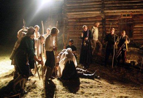 GIR OPP: Etter en trefning hvor flere bønder blir skadet av soldatenes fyr-rør, bestemmer bøndene seg for å be om fred.