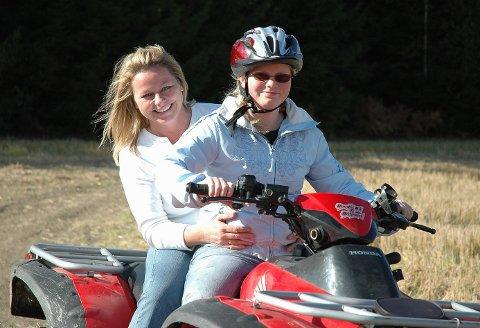 Anneline Gretland kjører med mamma Anja som passasjer.
