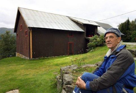 BEVARE BYGGESKIKK: Låveforsker Jon Bojer Godal håper på en renessanse for byggeskikken i gamle, norske uthus. Her er en låve fra Vinje, som er oppført i 1937.