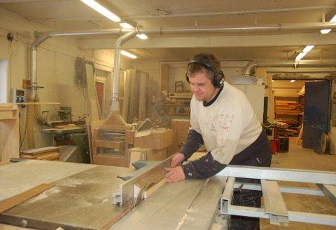 Anders Christensen i full sving inne i bedriften på Sundebru. Stas Kjøkken og Interiør har holdt koken i åtte år og ser lyst på fremtiden.