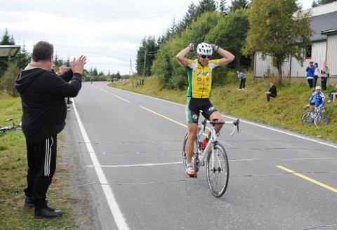 SUVEREN VINNER: Trond Vegard Seivåg fra Bodø var 100 meter foran resten av feltet da han syklet inn til tittelen som nordnorsk mester i Kleiva i Sandnessjøen søndag. (Foto: Tor Martin Leines Nordaas)