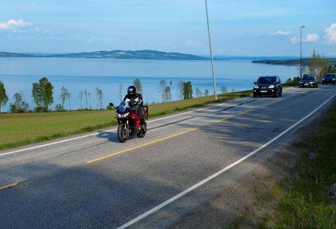 PÅ VEIEN: Man er ikke nødt til å ha en frihelg for å få glede av motorsykkelen. Nærområdene har mye å by på en eftasstund.