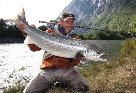 Har laksen i Driva begynt å gi blaffen i gyroen? Her er Timo Rosche med laks på 11,8 kilo, tatt med flue på Hovenøran 18. juli i år. (Foto: Privat)