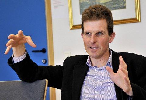 KAN FORVERRES: Fungerende rådmann Sigmund Vister sier at de frykter at skadene i Ungdomshallen kan forverres hvis det legges is nå. (Foto: Jarl M. Andersen)