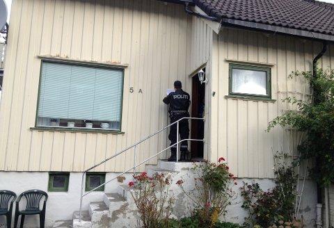 Politiet går fra dør til dør og ber folk evakuere. Foto: Jan Øivind Jensen