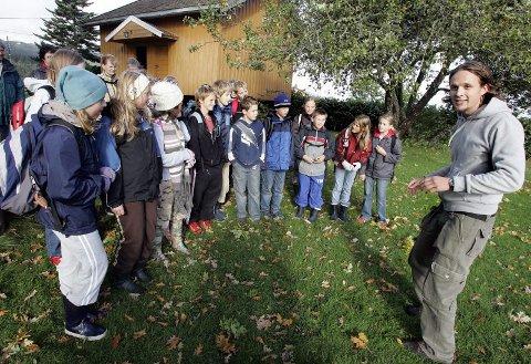 ÅPNINGSSCENE: Rælingen bygdetun danner åpningsscenen for fortellervandringen. Her med skuespiller Øystein Kausrud og elever ved Fjerdingby skole.