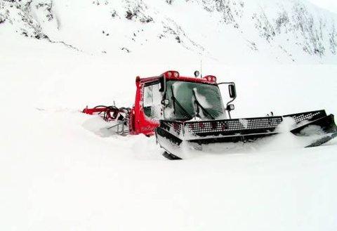 Trakkemaskinen står bom fast i isen på ville fjellet mellom Grotli og Stryn Sommerski.