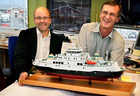 OPTIMISTER: Salgsleder Arne Markussen (t.v.) og produksjonsleder Terje Richardsen tror ikke Polarkonsult slipper helt unna finanskrisa, men er likevel optimistisk på egne vegne. Her med en modell av ferga «Lurøy», som selskapet har designet.