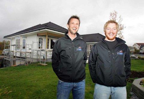 BYGGEPLASS: Daglig leder Raymond Monsen (37) og medeier Adrian Monsen (28) i Blå Bolig legger vekt på at kundene skal være fornøyde. I bakgrunnen et at de siste nybyggene i Brønnøysund i regi av selskapet.