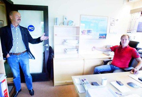 FØLGER MED: Tidligere Sinus-sjef, Terje Sandnes (t.v.), stikker innom kontoret til Morten Guttormsen for å se hvordan det gå.