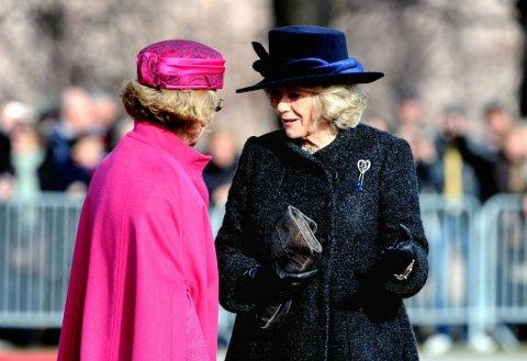 Camilla Parker Bowles og dronning Sonja i samtale på festningsplassen.