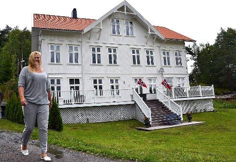 Belinda Abbott fra Tindlund har slått seg ned på Kornsjø hvor hun har pusset opp en gammel arbeiderbolig. Her leier hun ut leiligheter og driver med kanoutleie. Som leder av velforeningen er hun opptatt av å skape hyggelige aktiviteter og et godt miljø. (Foto: Trine Bakke Eidissen)