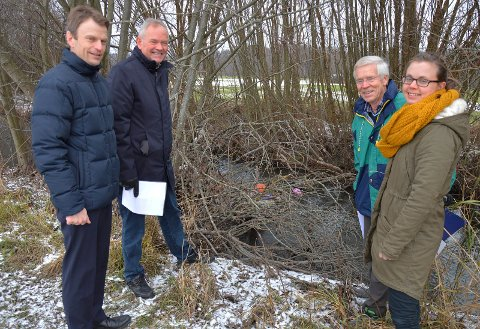 VIGGA: Terje Haugen, Ivar Fjærtoft, Svein Øverlier og Gro Vestues ved Vigga, som i bakgrunnen er forsøplet i kvister som har hopet seg opp.