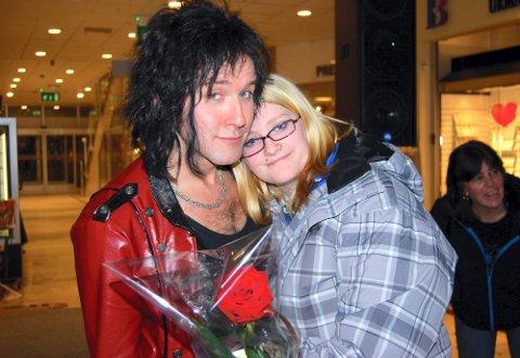 SAMMEN MED IDOLET: Marianne Pettersen (23) har møtt Åge Sten Nilsen mange ganger. Her fra en konsert i Fredrikstad tidligere i år. (Foto: Privat)
