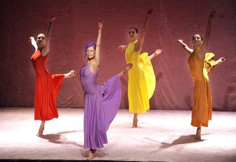 Danserne som spilte feer hadde fargerike fjærlette kjoler som flagret bekreftende etter de grasiøse bevegelsene.