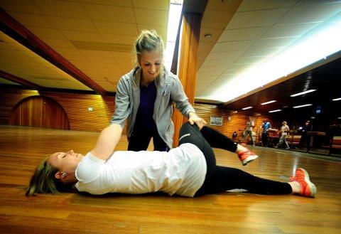 Linn Sulland og Karoline Dyhre Breivang fikk  veiledning i hjerte- og lungeredning  og praktiserte på hverandre.