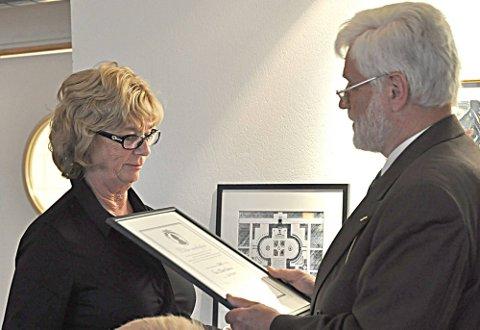 Hedret: Reni Braarud ble fredag kveld hedret og tildelt årets Wilse-medalje av juryformann Carl Kure.