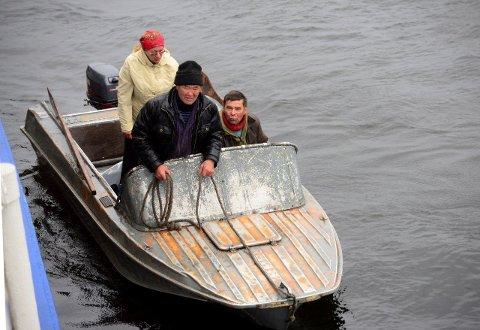 Enetserne møter rutebåten utenfor Potapovo. De utgjør i dag om lag 200 mennesker og har for lengst fått sine reinbeiter og sitt livsgrunnlag ødelagt av svovelutslipp fra industrimonsteret Norilsk.