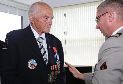 HEIDRA: Krigsveteranen John Pettersen frå Radøy vart i går tildelt Æreslegionens ordensteikn av Ridderklasse. Den franske forsvarsattacheen, oberst Frédéric Bartéi, stod for utdelinga.