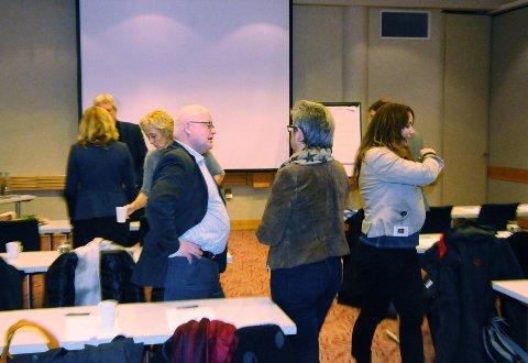 Nestleder Petter Bjørdal i Helse Møre og Romsdal samtaler med ansattrepresentant Kaspara Tørlen foran dagens styremøte på Gardermoen. Få minutter senere ble TK satt på gangen.