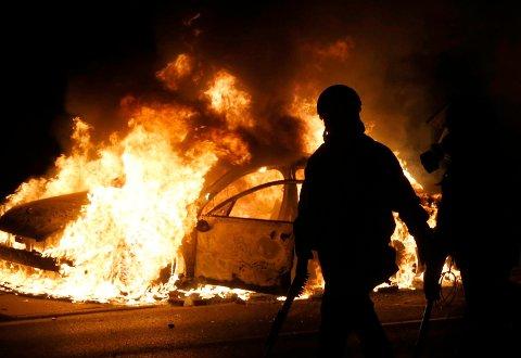 En politibil ble satt i brann av rasende demonstranter i Ferguson natt til tirsdag.