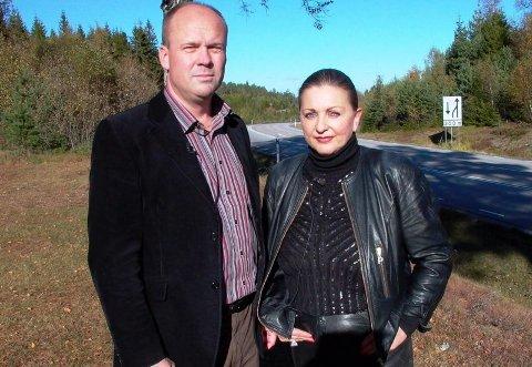 """PEKER UT: Programleder Per Asle Rustad sammen med en av de synske kvinnene i programmet """"Fornemmelse for mord"""" ? Lilli Bendriss. Programmet er svært omstridt. FOTO: TVNORGE"""