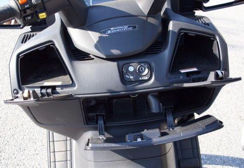 """MANGE SMÅROM:Plassen er utnyttet godt og det er ikke noe og utsette på lagringsplassen i """"dashbordet"""" som er fullt på høyde med bil."""