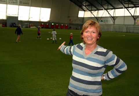MERKEDAG: Else Jahnsrud håper på ny frisk for Kongsvingerhallen, som også har fått utvidet banen i forbindelse med legging av nytt kunstgress.FOTO: MONA TRANDUM