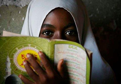 Muslimsk jente lærer fra Koranen på en skole i landsbyen Bwejuu i Zanzibar, Tanzania, (2. desember 2007).