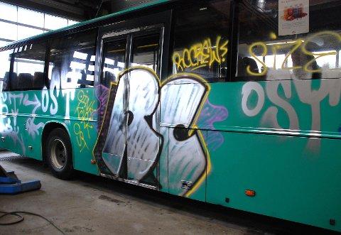 Tilgriset buss i Kirkebygda i august 2007.