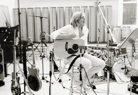Til Bølgen: Lørdag kommer Anne Grete Preus til Bølgen sammen med Vestfold Ungdomsmusikere. Det blir en musikalsk reise gjennom hennes 20 år lange karriere som musiker. (Foto: Marcel Lelienhof)