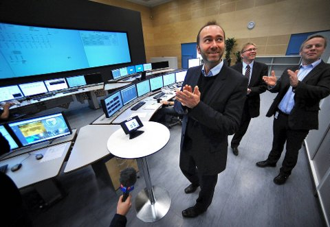 GISKE STARTET: Det nye driftssenteret på Borregaard ble formelt åpnet av Trond Giske. Borregaard-sjefene Per Sørlie og Ole Gunnar Jakobsen er stolte. (Foto: Jarl M. Andersen)