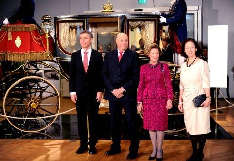 Kong Harald  og Dronning Sonja sammen med statsminster Jens Stoltenberg og kona Ingerid Schulerud på utstillingen.