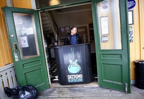 VIL HA ÅPNE DØRER: Leder for Skedsmo Bluesklubb, Gøran Stensr ud, er overveldet over støtten de siste dagene, og understreker at kampen for fortsatt utendørskonserter i Lillestrøm fortsetter.   foto: roar grønstad