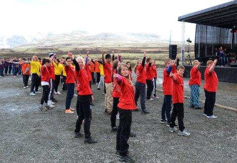 Godt over 200 niendeklassinger danset på Spranget til ære for seg selv og at Rondane nasjonalpark er 50-år. Lomsdansere foran.