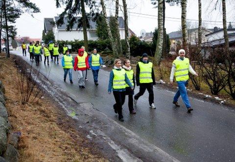 TJUKKASGJENG: Også i Sarpsborg ble det startet opp en avdeling av Tjukkasgjengen. Her er en del av medlemmene ute på tur i gatene i mars i fjor. Nå skal historiens første landstreff holdes. Det skjer i Sarpsborg. (Foto: Tobias Nordli)