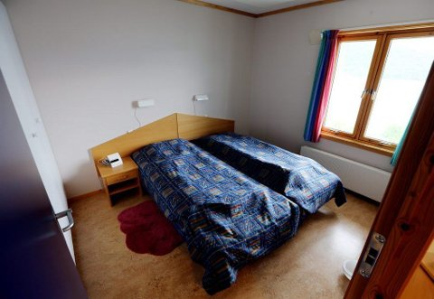 SOVEROM: To senger, klesskap og nattbord er inne på soverommet.