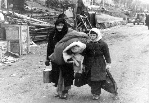 PÅ FLUKT: Mange finnmarkinger måtte legge på flukt da hus og gårder ble brent. Forfatteren av boka «Brent Land» trekker paralleller til dagens flyktningstrøm til Norge. Foto: Hjemmefrontmuseet