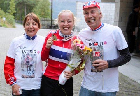 Ingrid Bøe Jacobsen jublet for VM-bronsen sammen med mamma Torill og pappa Knut.