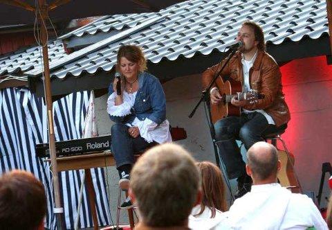 Stemningsfullt: Duoen Tablå skapte stemning da de gjorde sin første og eneste åpne konsert i år, noe publikum satte stor pris på.