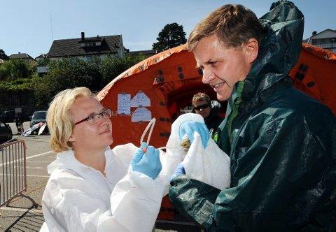 VASKET FUGLER: Miljøvernminister Erik Solheim fikk være med på å vaske fugler som var tilsølt av olje.