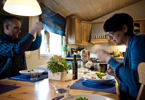 FOR STORE OG SMÅ   Lille Mathias setter like stor pris på maten som ektemannen Viggo.