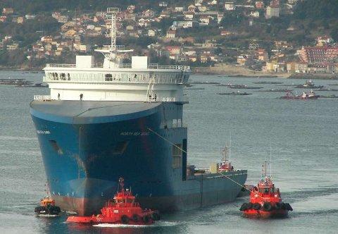 Slik ser det ut når to taubåter sleper «giganten» .