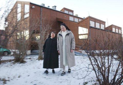 Skal forlate. Søster Anna Mary har arbeidet i videregående skole og søster Sunniva på Nordlandssykehuset i mange år. De har mange venner i Bodø som de nå skal reise fra.