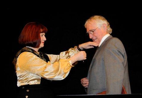HEDRET: Fylkesmann Kari Nordheim-Larsen overrekker kongens fortjenstmedalje i gull til Alf Cranner.
