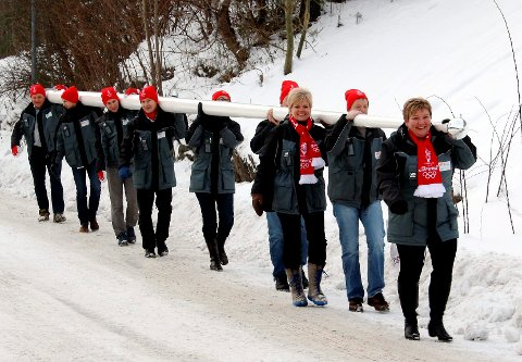 Dette er ikke et nissetog, men ansatte ved STX OSV som bærer en nylaget flaggstang fra verftet til OL-stadion.