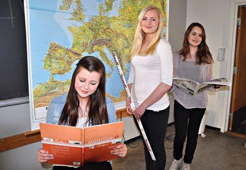 Historie og geografi: Karoline Westgaard (f.v.), Hedda Hoel og Anneli Torper har svart på spørsmål innen lokale, nasjonale og internasjonale hendelser. Sammen med de to guttene på gruppa er de nå i finalen.