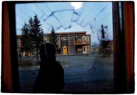 RUSGETTO: Naboer frykter at boligområder skal bli rusgettoer når Tromsø kommune nå har kommet opp med nye botilbud for hjemløse og rusavhengige. Her fra Ørretholmen to mil utenfor Tromsø, som i årevis har vært en virkelig rusgetto. Foto: Yngve Olsen Sæbbe